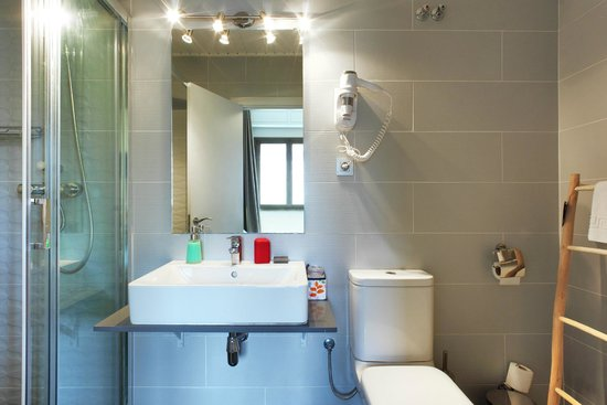 Comfortable and modern private bathroom Hotel Ginebra Barcelona