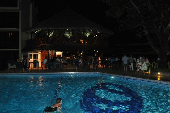 Coral Strand Smart Choice Hotel Seychelles: Бассейн с пьяным баром вечером