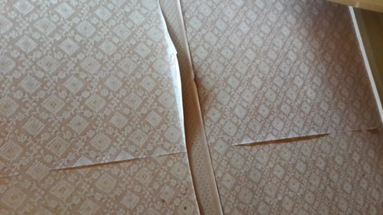 Normandy Hotel: peeling wallpaper