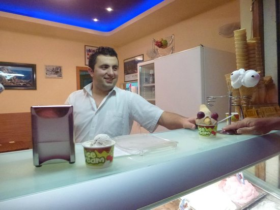 Hotel Plaza Omis : the cheeky ice cream seller over the road!