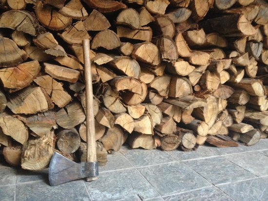 Hotel Rumi Punku: Stack of firewood for the fireplace