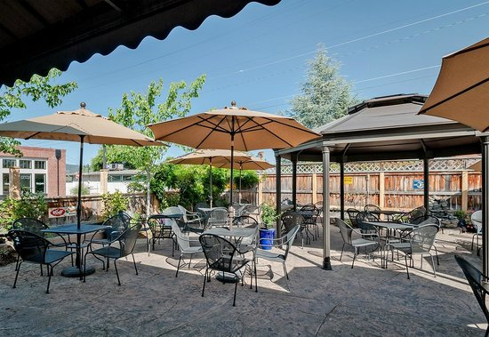 The Point Pub and Grill: Outdoor Dining