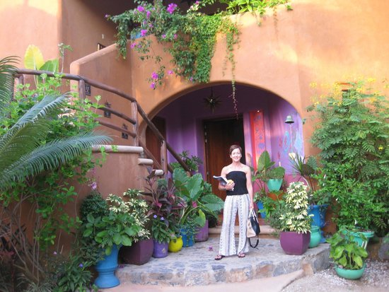 Tres Mujeres Boutique Hotel: The grounds are brightly colored and beautiful