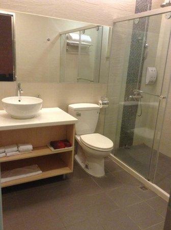 Rose Boutique Hotel: Quadruple room - bathroom