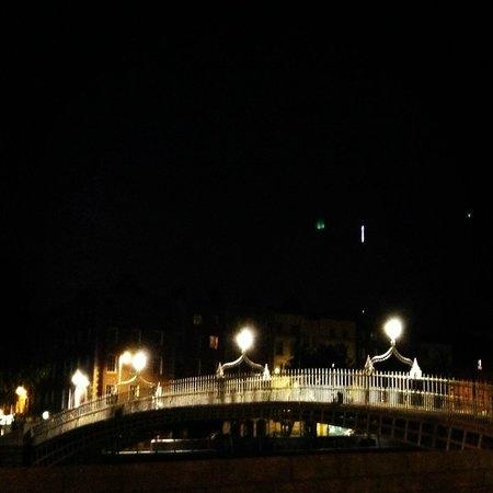 Puente Halfpenny Bridge: At night