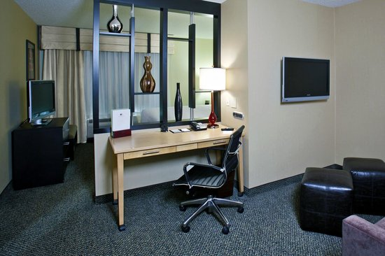 DoubleTree by Hilton Hotel Savannah Airport: Partioned Living Area in all Guest Suites