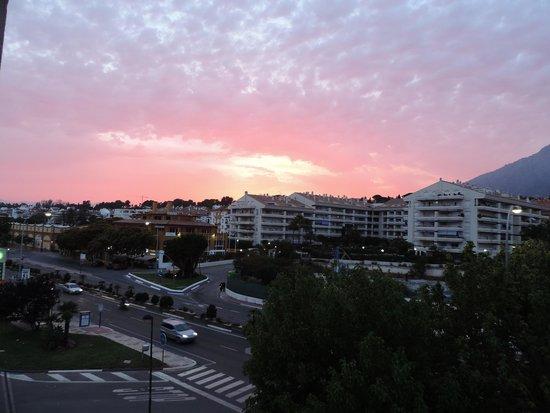 Apartamentos Guadalpin Boutique: Aften udsigt fra balkonen