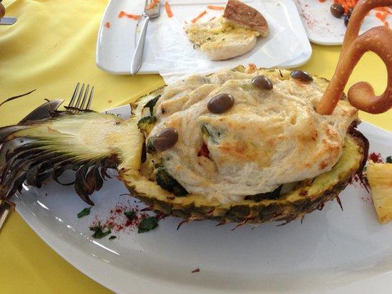 Real Canoa : Vegetable Pie inside a Pineapple - yummy