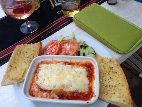 Fawlty Towers : Homemade lasagne and homemade garlic bread