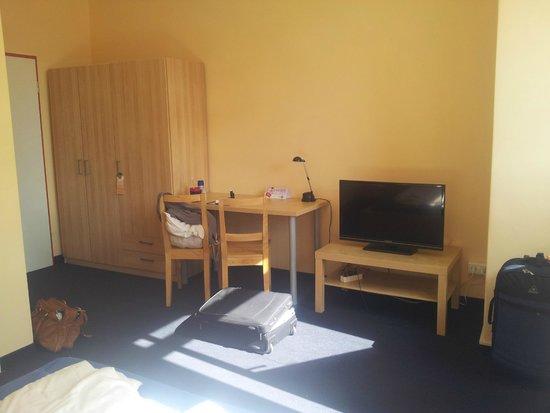 My Bed Dresden: Fernsehr, Schrank und Tisch