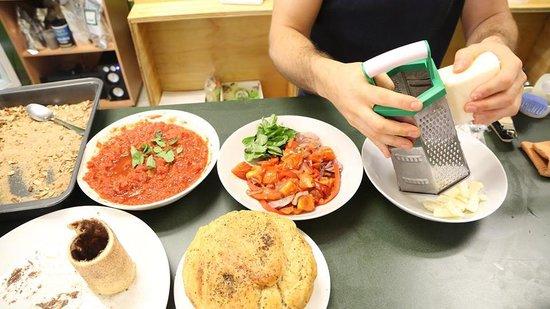 Green Leaf Cafe: Green Leaf Organic Pizza making