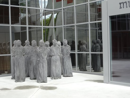 International Red Cross and Red Crescent Museum: Bound prisoner life size