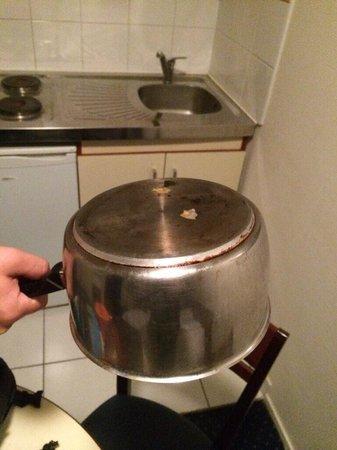 Appart'City Louveciennes : Résidu de nourriture sur la vaisselle mise à disposition