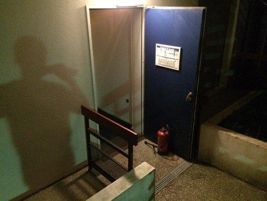 Appart'City Louveciennes : Consignes de sécurité non respecté! Les extincteurs servent à bloquer les portes dans cette hote