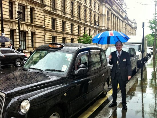 London Black Taxi Tours : Michael ready with the brolly.