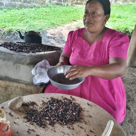 Copal Tree Lodge, a Muy'Ono Resort : Amelia Pop demonstrates the traditional Mayan method of transforming cacao to chocolate.