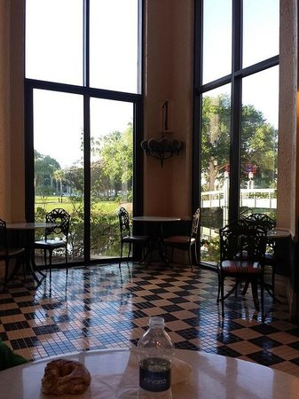 Hilton Orlando Buena Vista Palace Disney Springs: Dining area near the little cafe