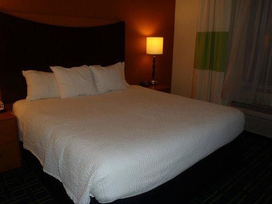 Fairfield Inn & Suites Fort Pierce: Our King Sized Bed in our room....