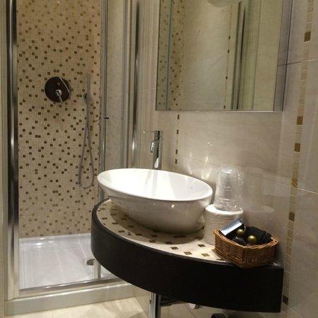 Hotel Campiello: Modern Bathroom