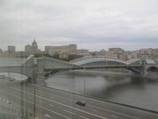 Radisson Slavyanskaya Hotel & Business Centre, Moscow : Bellísima vista del puente sobre el río