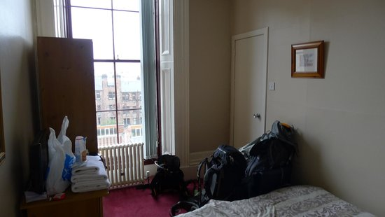 The Alba Lodge: Room on 2nd floor, facing the street