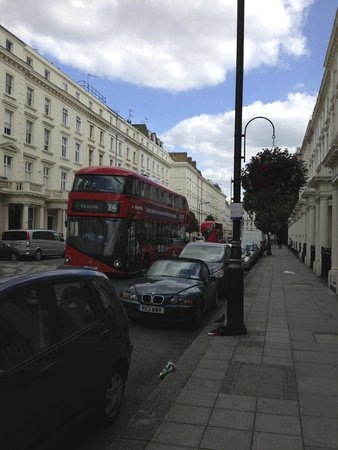 Holiday Inn Express London - Victoria: Bus route in front