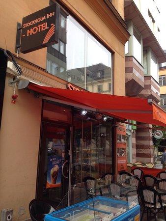 """Stockholm Inn Hotell: Frente do """"hotel"""", que na verdade e uma lojinha de comida."""