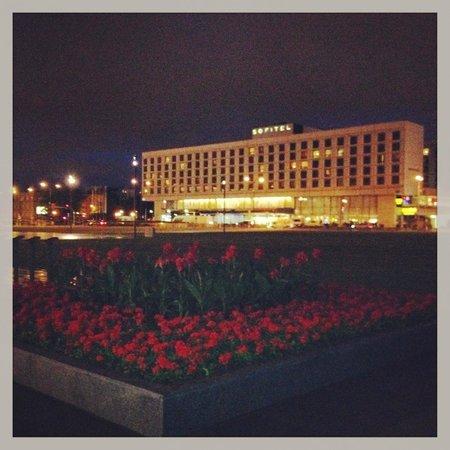 Sofitel Warsaw Victoria: Hotel At Night