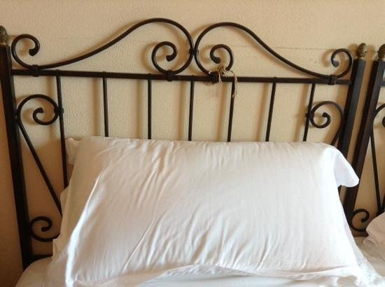 Baia Taormina: string tying bed to wall.