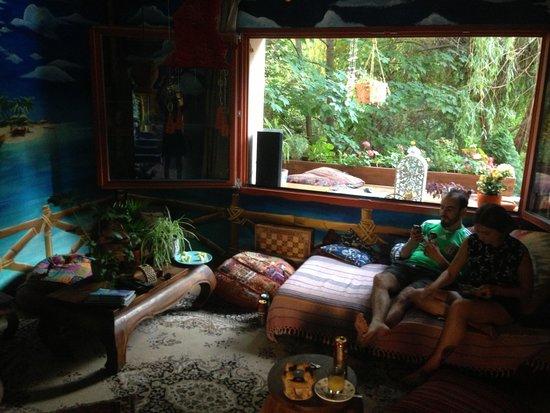Shantee House : Common room hangs