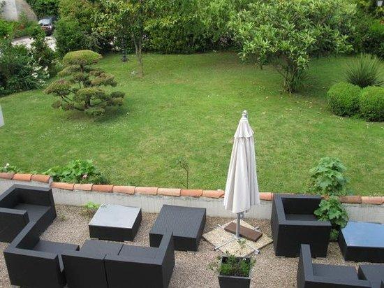 Hotel Eychenne: Patio & garden from room window