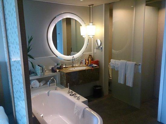 Rayong Marriott Resort & Spa: Bathroom with sliding doors