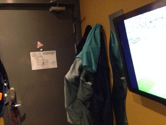 Stockholm Inn Hotell: Quarto. Porta ao fundo e TV na parede.