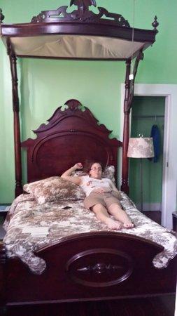 La Belle Esplanade: Pelican Suite canopy bed