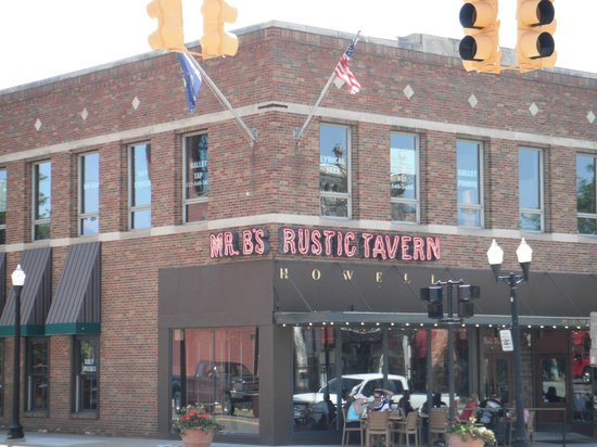 Mr. B's Rustic Tavern: Right in downtown Howell