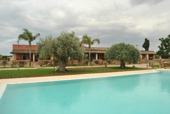 Agriturismo Sant'Elia: piscina e vista delle camere