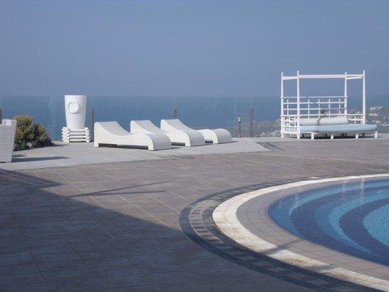 Orizontes Hotel & Villas : autre vue de l'espace piscine