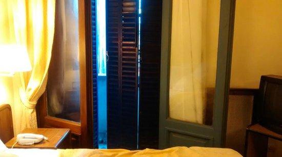 Castelar Hotel & Spa: Janela enferrujada nao trancava