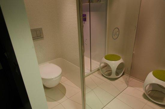 Barcelo Raval: Zimmer/WC