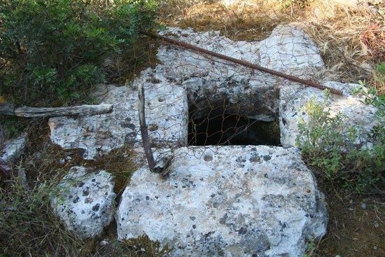 Ithaki, Grækenland: Weg zur Höhle, Brunnen
