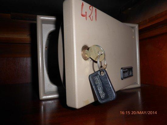 Grand Hotel Des Anglais : caja fuerte, con llavecita y todo. Tecnología punta