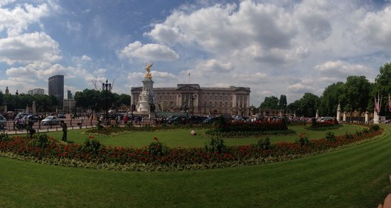 London Tours by Taxi: Day before Queen's birthday celebration-Buckingham Palace