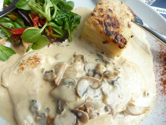 L'ardoise : Chicken with creamy mushroon sauce and dauphinoise potatoes
