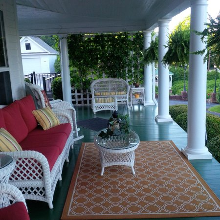 The Doctor's Inn: Large front porch-a wonderful place to relax!
