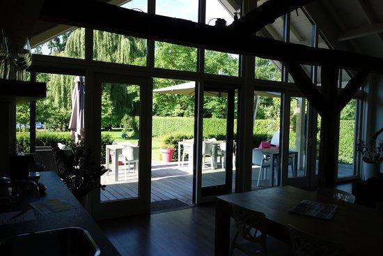 Residence La Vie en Rose: Zicht vanuit de huiskamer richting ontbijtterras en tuin.