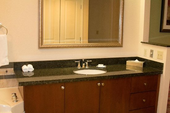 Hilton Grand Vacations at the Flamingo: Main Vanity in Bathroom