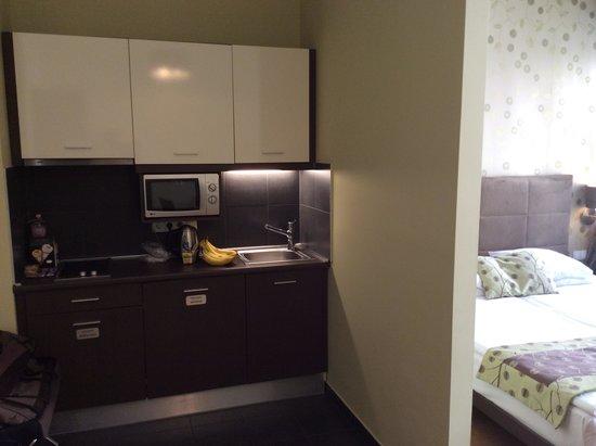 Opera Garden Hotel & Apartments: Kitchen area