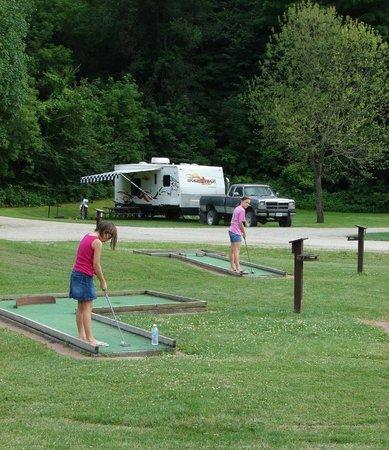 Hidden Bluffs Resort: Mini Golf for young & feelin' young