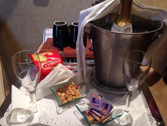 Hôtel Cécilia Paris Arc de Triomphe : Champagne and snacks.