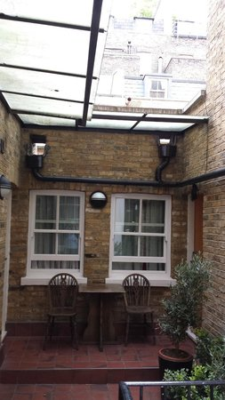 Days Inn London Hyde Park: Cute garden courtyard with private entrances to rooms